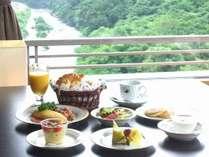 ダイニングテーブルでのご朝食