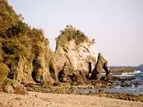 逢の浜の風景、真ん中サザエのような穴あき岩はエビ穴と言われています。