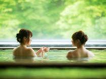 深緑の景色と温泉をお楽しみください。