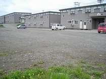 広々とした駐車場。大型トラックやバスも楽々です!!