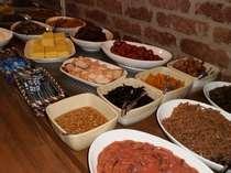 食堂は本館です。朝食メニューの一例ご飯、味噌汁おかわり自由。コーヒーも無料です。