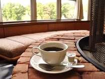 ロビーにてごゆっくり美味しいコーヒーをお楽しみください。無料で何杯でもお召し上がりいただけます。