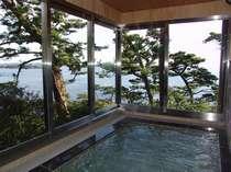 海を眺める展望風呂