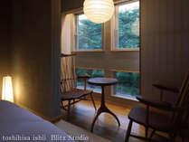 【別邸をりから|折鳥の間】ベッド横にも外を眺められるテーブルと椅子をご用意致しております。
