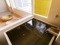 檜木風呂を設けた、和洋室「葵」。