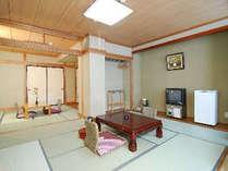 仕切りのある和室一例ウオシュレットトイレ・冷蔵庫完備