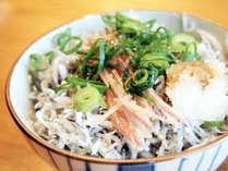 栄養満点!高知県安芸市発祥のちりめん丼。当ホテルでは須崎市のおじゃこを使用。