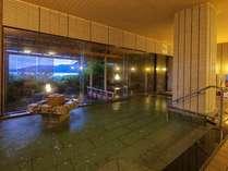 原則、朝夕で男女入れ替え制の輪島港が見える夜の大浴場の一例