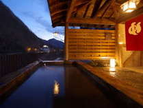 【男女別露天風呂】夕暮れの露天風呂は昼間と違う風情があります。