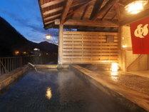 《男女別露天風呂》夕暮れの露天風呂は昼間と違う風情があります。