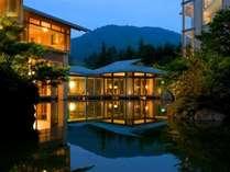 【夜の外観】夜は日本庭園一面がライトアップされ、幻想的な空間へと様変わりいたします。
