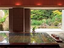 【大浴場】日本庭園を眺めながらの湯浴みをお楽しみいただけます。