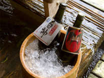 樹齢二千年・古代檜の湯殿では、紅葉や雪を眺めながらふるまい地酒を一献。至福のひとときです。