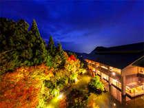 【外観】秋の夕暮れ時。錦繍に彩られた美しい風景をお楽しみいただけます