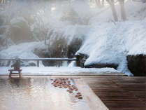 白銀の雪見温泉。林檎が浮かぶ古代檜の湯でふるまいの地酒をご堪能いただけます。