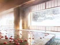 【大浴場】古代檜の湯殿から四季折々の景色を眺めることができます。