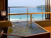 最上階の露天風呂付客室ましらのは源泉掛け流し。小さなお子様連れの方やカップルに人気。