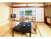 【一般客室】こころ落ち着く和室。お部屋からは海がみえます。