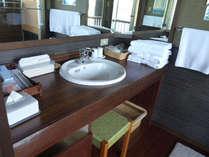 露天風呂付き客室ましらのの洗面台
