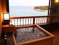 最上階 露天風呂付き客室ましらの一例 木のお風呂と陶器のタイプのお風呂があります。