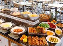 新鮮で良質な食材が揃う、彩りも豊かな和洋ブッフェです。※朝食バイキングイメージ画像