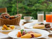 数十種類のメニューアイテムから、お好みでお召し上がりください。※朝食バイキングイメージ画像