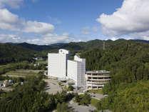 北アルプスを望む高台に建つ、豊かな自然に囲まれたリゾートホテルです。外観イメージ