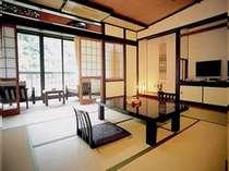 一般客室の一例。窓からは旭川の流れが眺められる(一部不可の部屋あり)