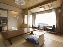 当ホテルのスタンダードなお部屋です。木のぬくもりと絶景の海原に安らぎを感じてください。