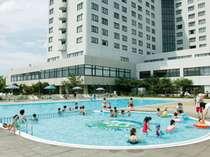手前には幼児用の浅いプールもあります。