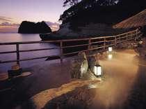 暮色に染まる空と海。美しい海岸の波打ち際に位置する男性専用露天風呂「漁夫」
