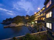 波打ち際に位置する絶景の旅館です