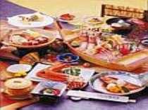 [写真]海の幸満載のお料理は客室にてお楽しみいただけます。