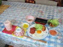 ヨロン島の定番ポークランチョンミートと野菜たっぷりの朝食 目玉焼きも美味しいデスョ♪