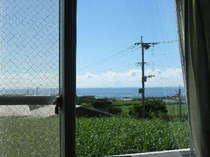 明星荘のお部屋からの風景♪長閑なさとうきび畑と向う側の真っ青な海♪癒されます~♪