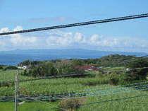 明星荘の屋上から眺める長閑で癒される風景♪さとうきび畑の向う側に沖縄本島。