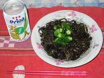 沖縄そばのイカ墨和え。明星荘・まにゅの創作料理♪オリオンビールと一緒にどうぞ♪