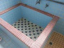 女性用お風呂の湯船は通常の宿泊施設の湯船よりかなり広なっています。ごゆっくりお浸り下さい。