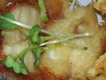 新鮮なヨロン島産の海の幸をふんだんに利用した民宿明星荘の食事。美味しくお召し上がり下さい。