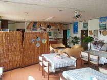 天然素材を使って南の島らしくしつらえた食堂。ゆっくりとした島時間が流れて行きます。