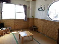 丸い窓が特徴の角部屋。こちらのお部屋からは海を隔てて23Km南西側に沖縄本島を見る事ができます。