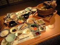 名水使用の当地名物「名水湯豆腐」のコース。山川の恵溢れる品々です