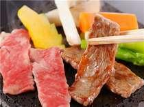 溶岩石で焼き上げる但馬牛のステーキ。お好みの薬味でご笑味くださいませ。
