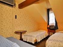 【Twinroom】ツインルーム 屋根裏部屋風♪]ベッド、ソファ、TVとシンプルなお部屋です。
