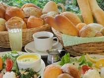 人気の焼き立てパンの朝食を新しくなった中庭を眺めながらどうぞ(例)