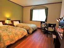 通常タイプのお部屋客室内は木目調の床で靴を脱ぐスタイルなので清潔にゆったりと出来ます