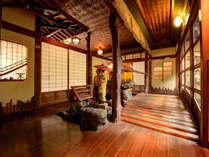 *【館内】高知の有名な観光名所「はりまや橋」をイメージした廊下。