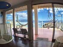 開放的なロビーから海一望のハンモックのあるテラスへ