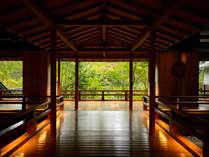 【名取の御湯・回廊】一歩一歩の足音さえ、自然と耳を澄ませてしまう。趣の中に広がる四季の美しさ