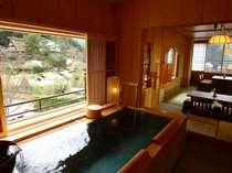 本館【半露天風呂付き和洋室「宵待草の間」】…合掌造りを眺めながら湯浴み